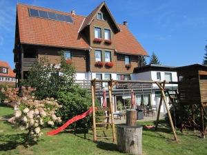Die Außenseite des Hotels im Sommer mit Klettergerüst