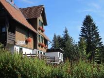 Hotel Carlsruh mit blauem Himmel