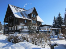 Die Außenseite des Hotels im Winter mit Schnee