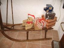 Holzschlitten mit Geschenken