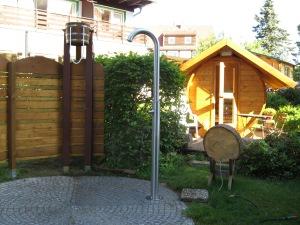 Harzer Eiswasser-Dusche neben der Außen-Sauna