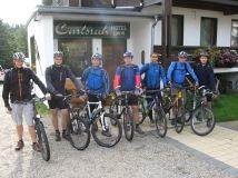 Mountainbiker vor dem Hotel Carlsruh