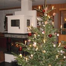 Geschmückter Weihnachtsbaum im Aufenthaltsraum