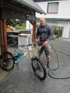 Biker putzt sein Fahrrad